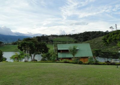 Frente al Lago Calima, para 8 personas, 3 habitaciones, 2 baños, piscina, billar, canchas fútbol y basquetbol, zona verde, muelle, tenis de mesa, sapo
