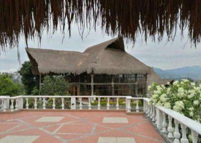 Dispone de 20 habitaciones, techo alto. Algunas dan vistas al jardín. Baños privados cuentan con una ducha, Tv plasma, ventilador, otros con bañera