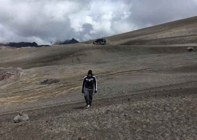 Paisajes volcánicos. Acceso habilitado con restricciones. Llegar hasta el Valle de Las Tumbas (4350 msnm), un sitio interesante y distante del Glaciar.